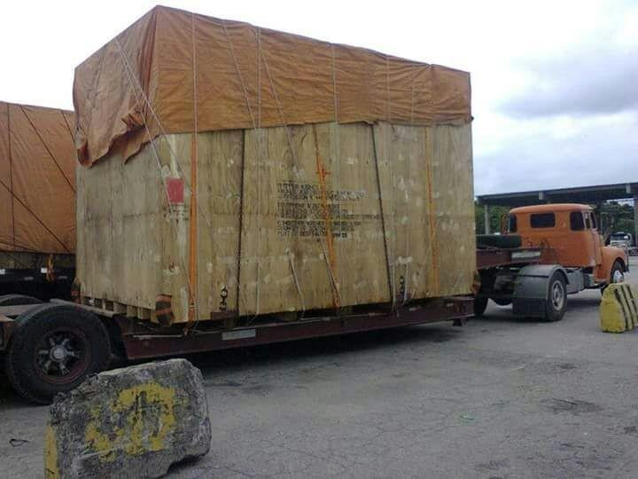 Transportadora com caminhão munck